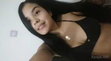 Latina joven baila muy cuero el reggaeton