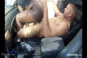 Negra Tetona Es Follada En El Auto