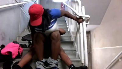 Los Sorprenden Follando En La Escalera
