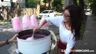 La jovencita colombiana Sofi Vende Algodón