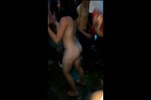 OMG Adolescente Borracha Se Desnuda En La Disco