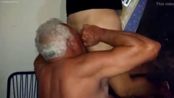 El Abuelo Quiere Sacar La Leche A toda Costa