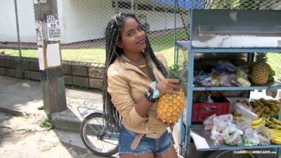 Negrita Colombiana Vende Piña Para Ganar Dinero Extra