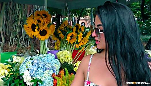 Bonita colombiana Es Convencida Que Deje De Vender Flores Para Coger En Tríos